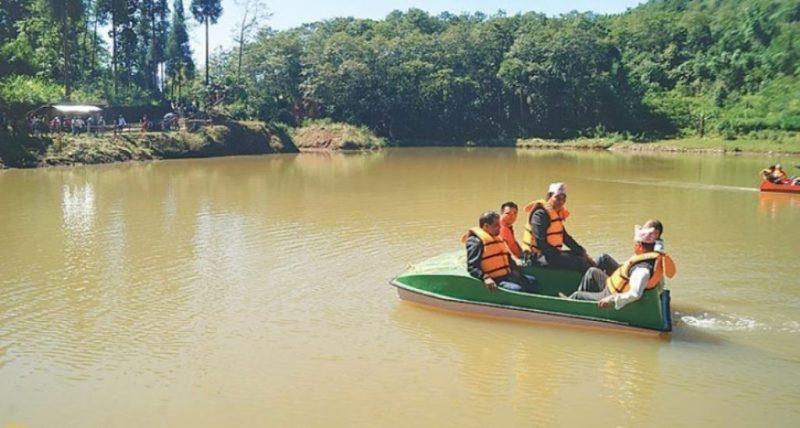 पोखरीमा डुङ्गा सञ्चालन गरेर पर्यटक आकर्षित गर्दै जमुनावासी